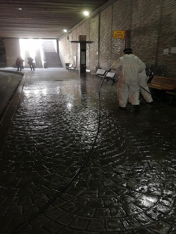 Hastane Çevrelerinden, Metro girişlerine Her Yer Dezenfekte Ediliyor